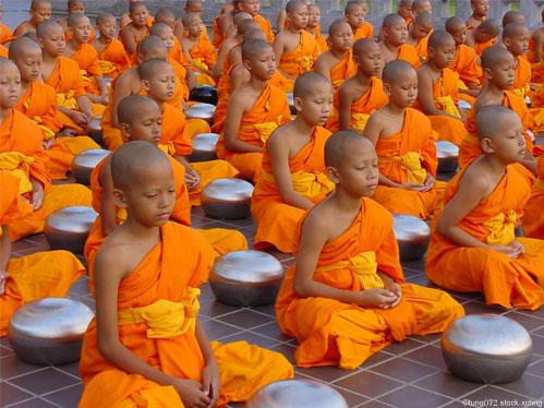 apprendre la méditation- jeunes moines bouddhistes